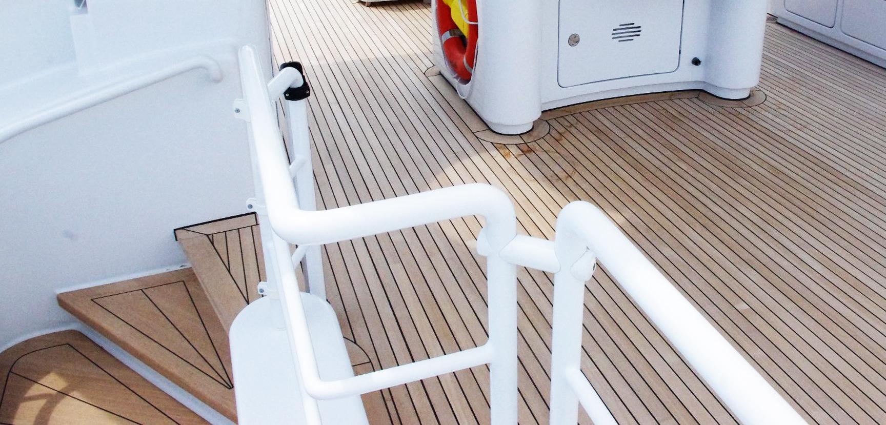 Calfatage pont en teck et joint de bordure sur escalier