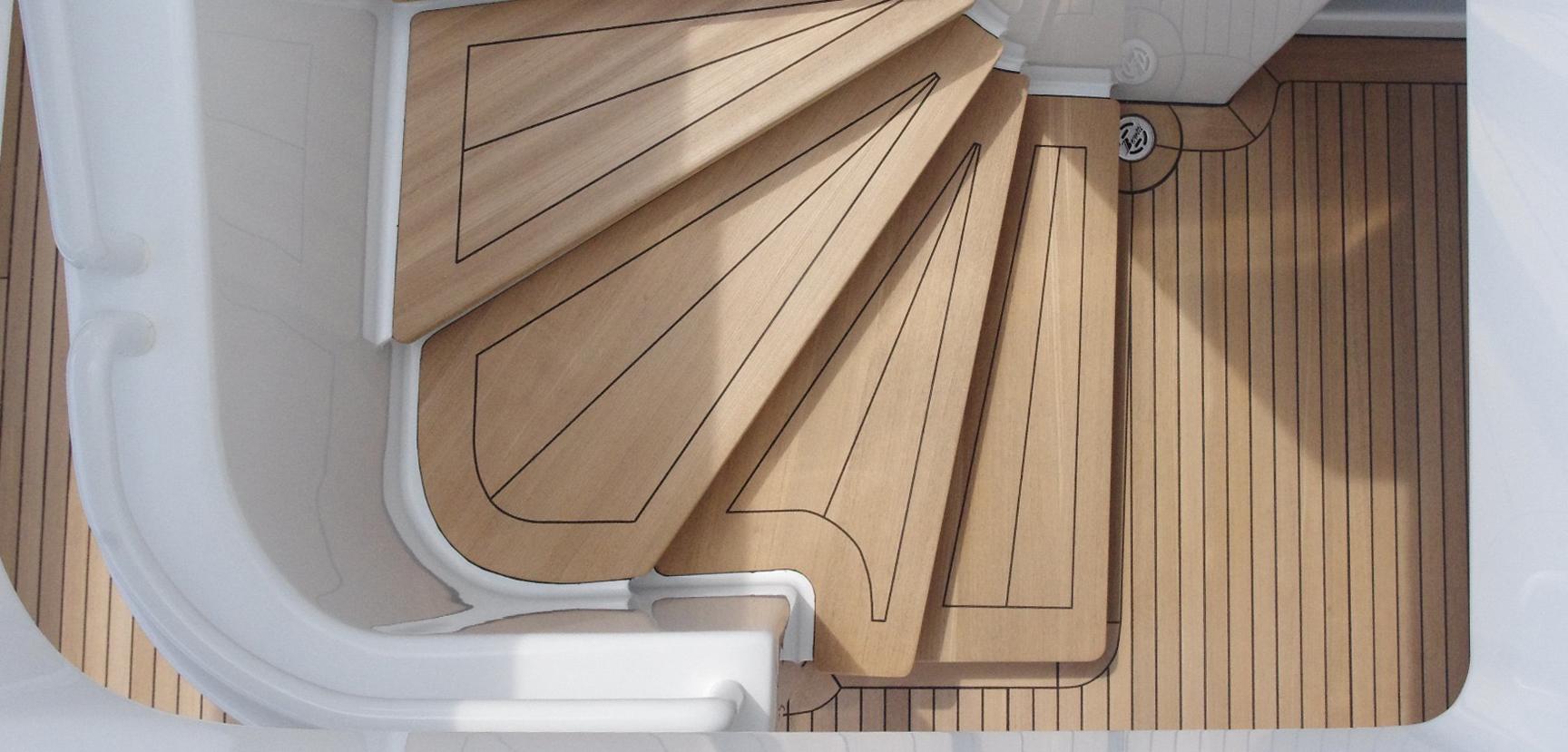 Joint de finition et calfatage d'escalier en teck